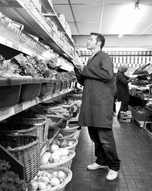 过期的肉类食品直接扔进垃圾桶;乳制品由养猪场派人来收集做肥料;杂货